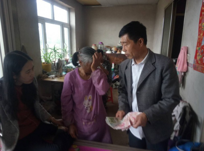 One staff of Hebei Church in Dashitou Town gave a compassion offering to Wang Zhengyang's family on July 4, 2019.