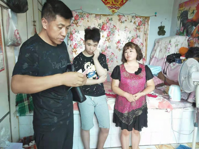 Wang Xiyou gave a financial fund to a poor family in Dongfeng County, Liaoyuan, Jilin, on Aug 17, 2019.