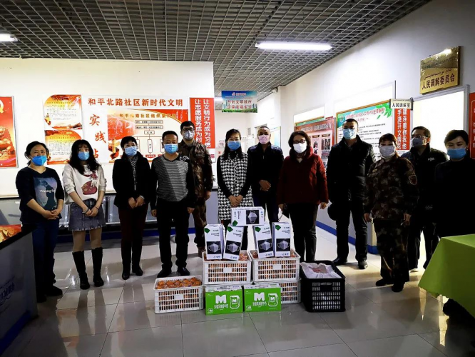 The staff of Urumqi Mingde Church gave food to a local community on March 12, 2020.