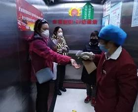 Sister Ma tested the temperature of the passengers in a hospital elevator in March 2020.